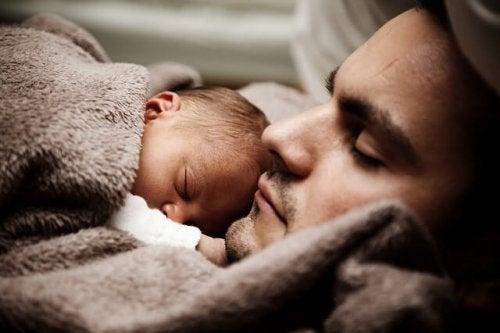 Tato śpi z dzieckiem