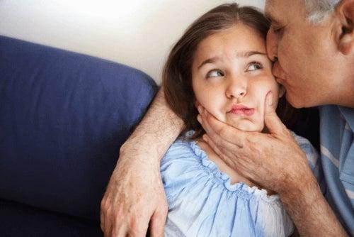 Wymuszanie czułości – zmuszanie dzieci do całowania dorosłych?