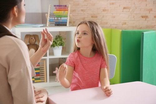 Wzburzona dziewczynka rozmawia z mamą