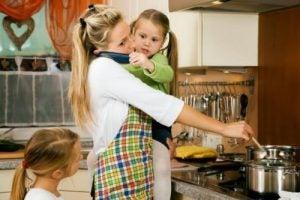 Zapracowana kobieta w kuchni z dziećmi