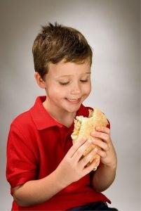 Zdrowie drugie śniadanie - chłopiec je kanapkę
