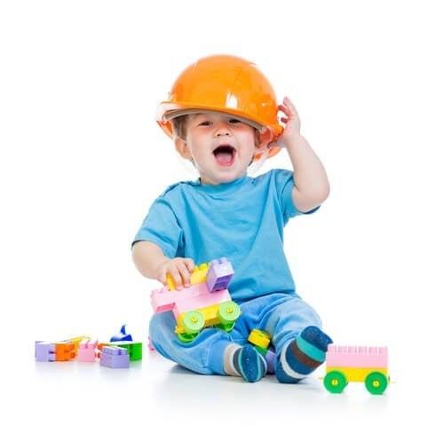 Chłopiec w otoczeniu zabawek