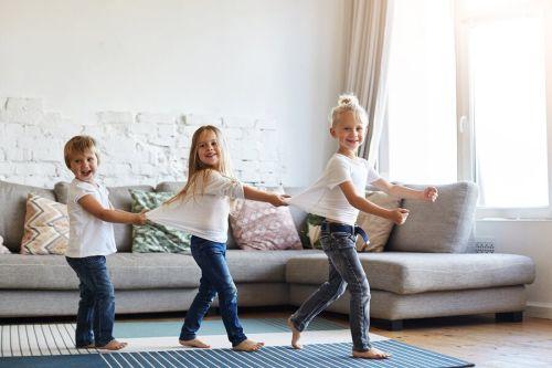Czy pozwolić dziecku chodzić boso w domu? Za i przeciw