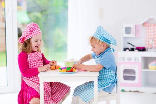 Dzieci bawią się w kuchni - zajęcia dla 2-latków