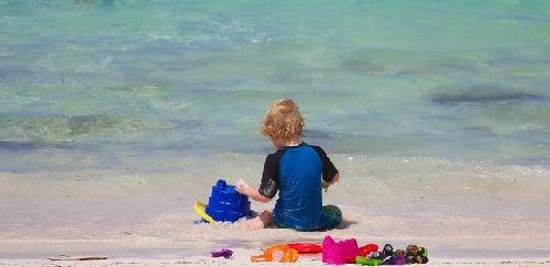 Dziecko bawi się na plaży