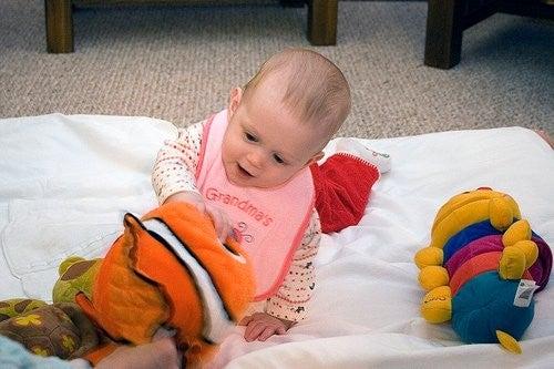 Dziecko bawiące się pluszakami