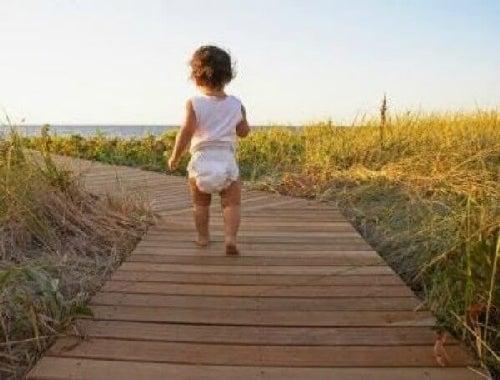 Nauczyć się chodzić - 3 ćwiczenia, które pomogą w tym dziecku