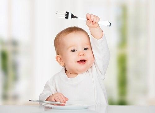 10 pokarmów, których nigdy nie należy podawać dziecku