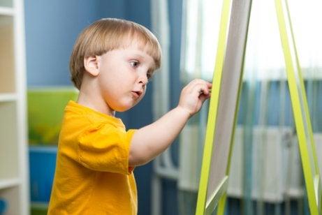 Chłopiec przy tablicy - mózg Twojego dziecka