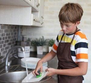 Dziecko zmywa naczynia