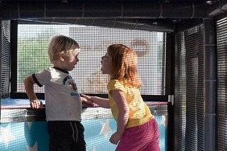 Dziewczynka i chłopiec krzyczący na siebie - krzyczenie w domu