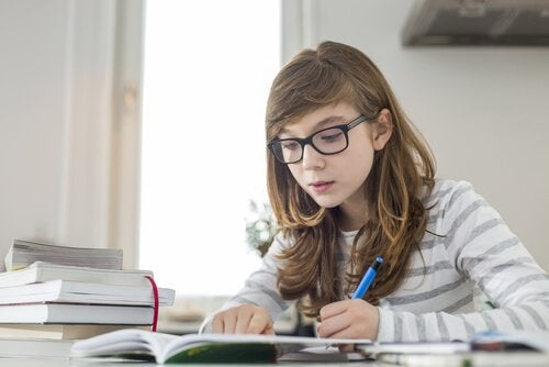 Dziewczynka odrabiająca lekcje w domu
