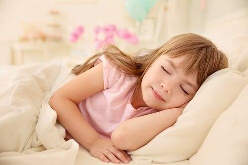 Uśmiechnięta śpiąca dziewczynka