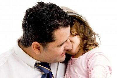 Dziewczynka szepcząca do ucha taty - zasada bielizny, której warto nauczyć dziecko