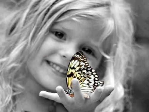 Dziewczynka z motylkiem
