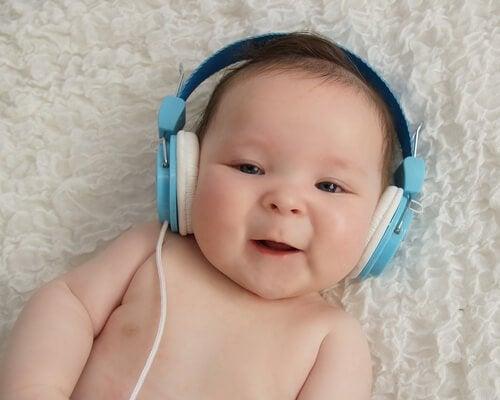 Efekt Mozarta - szczęśliwe dziecko w słuchawkach