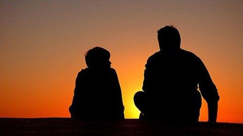 wychować syna na prawdziwego dżentelmena - ojciec i syn rozmawiają o zachodzie słońca