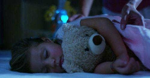 Jak zapewnić dziecku dobry sen - dziewczynka śpi