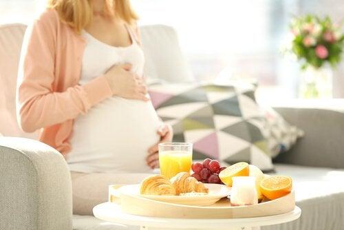 Czego nie jeść podczas ciąży – 8 produktów, na które trzeba uważać