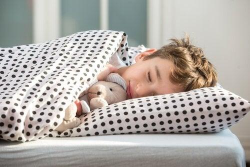 Kiedy jest właściwy czas na położenie dziecka spać - chłopiec śpi
