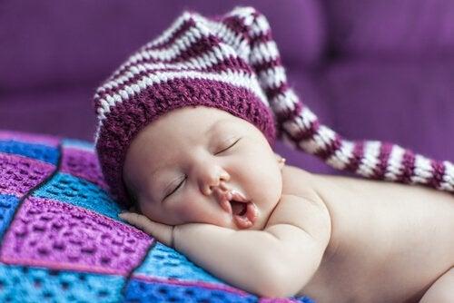 Kiedy jest właściwy czas na położenie dziecka spać - niemowlę śpi