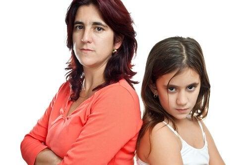 Mama i córka stoją tyłem - aby dzieci Cię słuchały, musisz panować nad złością