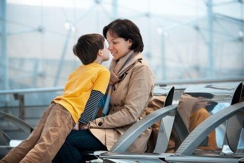 Pożegnanie matki i syna na lotnisku
