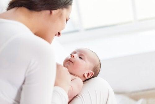 Mama mówi do niemowlaka