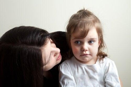 Mama mówi do ucha dziecka - aby dzieci Cię słuchały, musisz panować nad złością