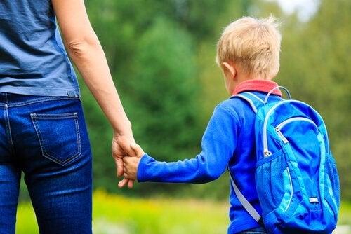 Mama odprowadza syna do szkoły