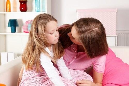 Mama, która tłumaczy coś swojej smutnej córce