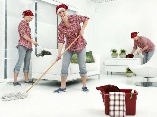 Mama sprząta mieszkanie