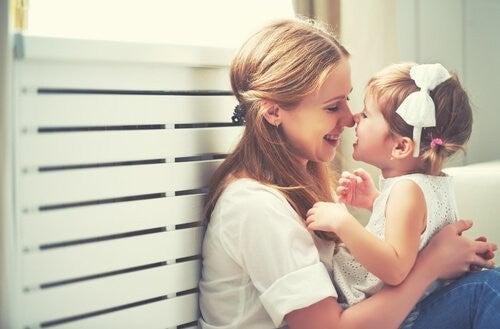 Mama z córeczką w czułym uścisku