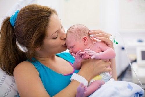 Matka z dzieckiem tworzą więzi po porodzie