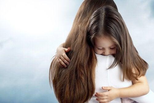 Kiedy dziecko boi się zostać samo, często pomaga przytulenie go i rozmowa.