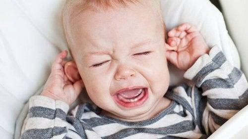 Płaczące dziecko cierpiące na zespół dziecka potrząsanego
