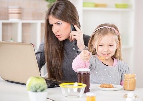 Zapracowana mama zaniedbuję dziecko