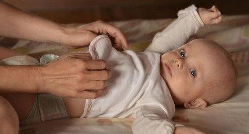 Zmiana pieluszki w nocy, czy powinnaś w tym celu budzić dziecko?