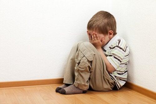 Dziecko boi się zostać samo – jak pomóc mu pokonać lęk?