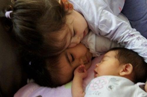 Zazdrość o młodsze rodzeństwo – jak ją pokonać
