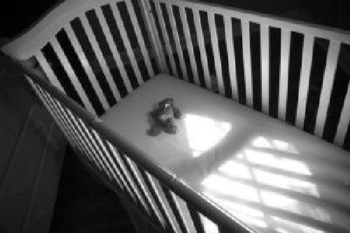 Pusta kołyska po śmierci dziecka