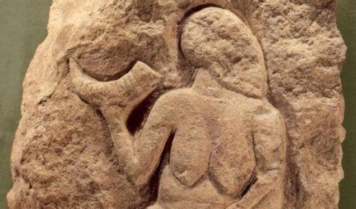 Rzeźba naskalna - kobieta trzymająca ksieżyc
