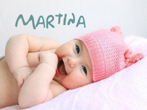 Śmiejąca się dziewczynka w czapeczce - imiona dla dzieci