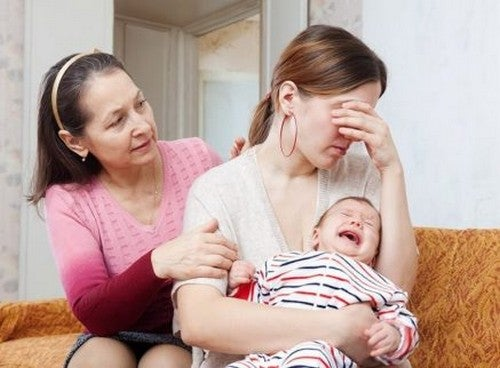 Bezradna matka z płaczącym niemowlakiem