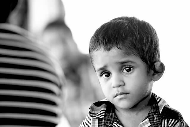 Smutny chłopiec w czarno-białych kolorach