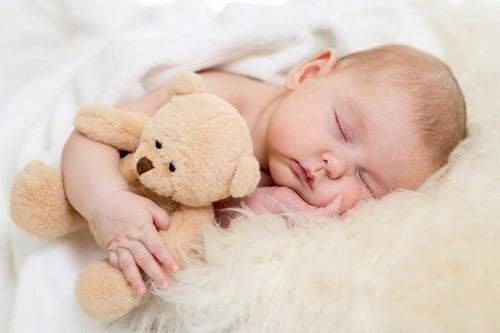 Dziecko podczas snu z przytulanką