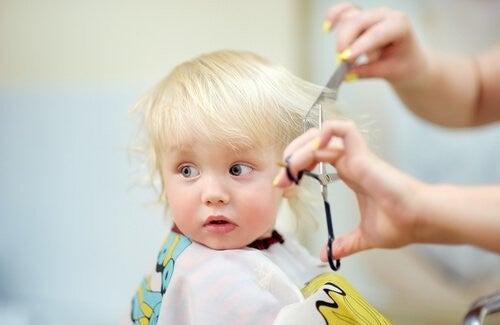 Strzyżenie włosów u dziecka nożyczkami
