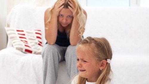Syndrom cesarza u dziecka - dziewczynka płącze a pjej mama trzyma się za głowę