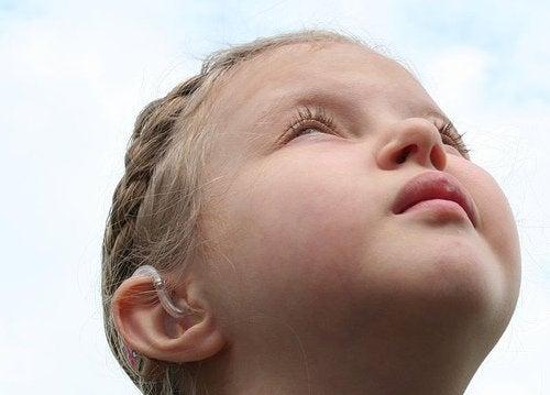 Twarz dziewczynki patrząca w niebo