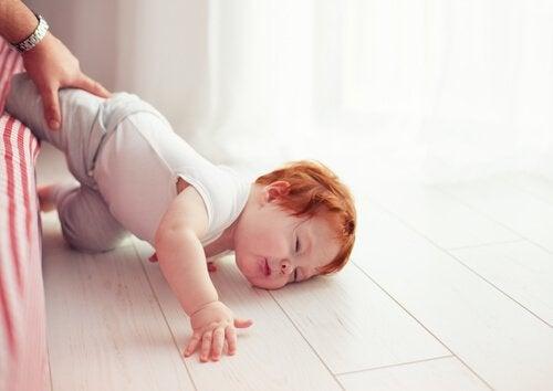 Uderzenia w głowę - dziecko wypadło z łóżeczka